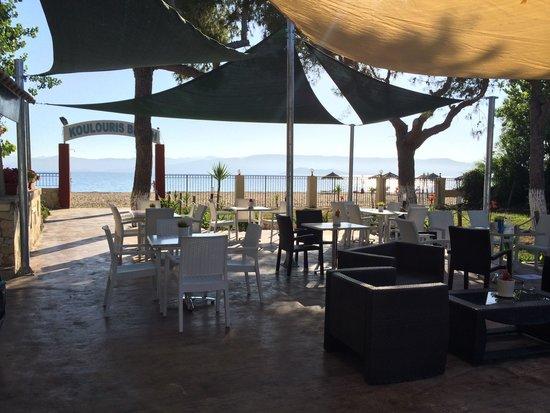 Koulouris Beach Hotel: Food area and beach