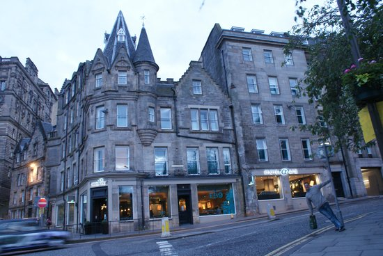 Motel One Edinburgh-Royal: Entrance to Motel One Royal on Market St. Short stroll to train station and attractions!