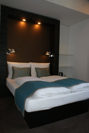 Motel One Edinburgh-Royal: Spacious room, comfortable bed