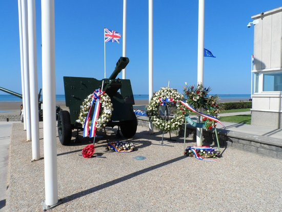 Ibis Bayeux Port en Bessin : Floral tributes from dignitaries