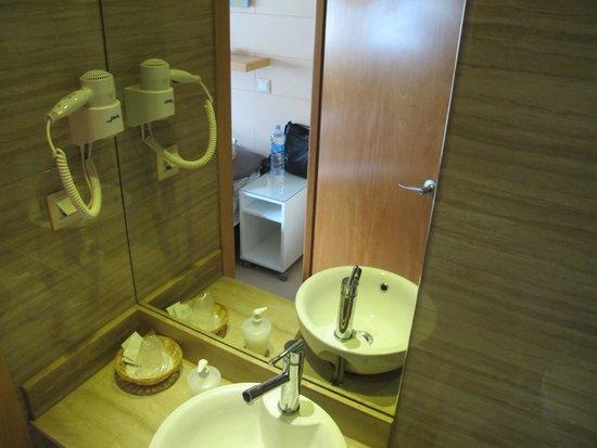 Hostal House: Bathroom