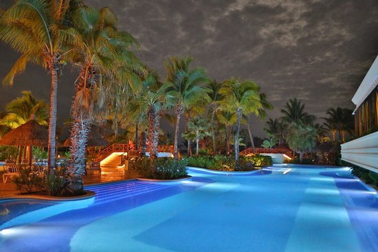 Luxury Bahia Principe Akumal : Pool and darkness
