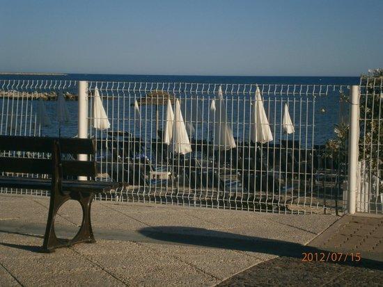 Holiday Inn Nice - Saint Laurent Du Var : View from sidewalk