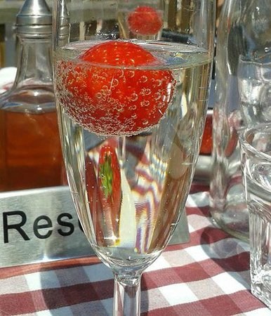 Harbour Garden Cafe: Delicious! Prosecco and Strawberries!