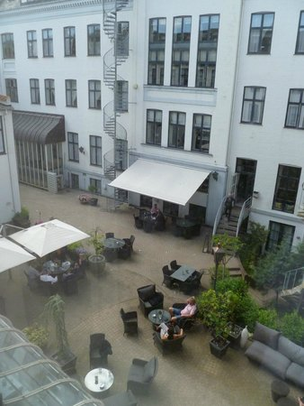 Hotel Kong Arthur: view from room into hotel courtyard
