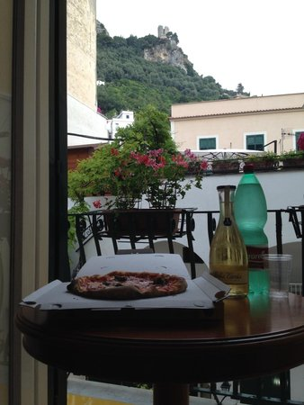 Hotel Amalfi: Having pizza in our room