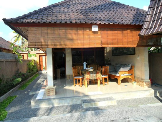 Bali Breeze Bungalows: Outdoor dining area