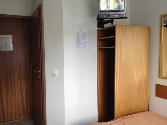 Hotel Cabin: TV, wardrobe next to the bed, door to the bathroom and entrance door