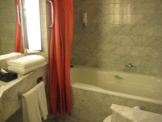 Radisson Blu Royal Hotel, Helsinki : くつろげるバスルーム