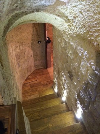 Kemerhan Cave Suites: Going down to the shower room