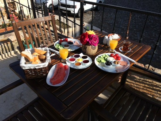 Kemerhan Cave Suites : Breakfast on the terrace