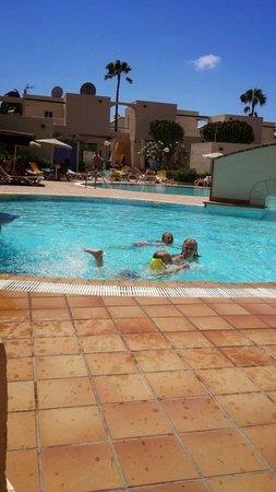 Alisios Playa: Girls enjoying the pool