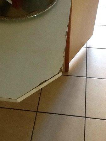 Condo Gardens Leuven: Wall mounted shelf/table in kitchen area