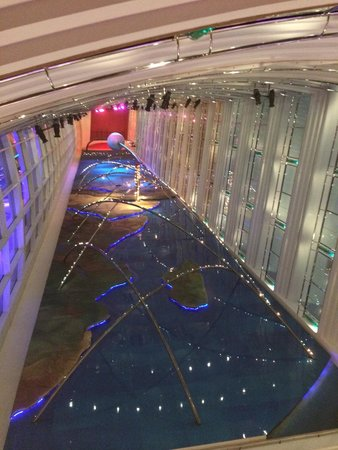 Jumeirah Beach Hotel: Looking up from the hotel lobby