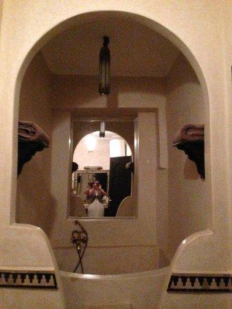 Riad La Croix Berbere De Luxe: salle de bain de la suite