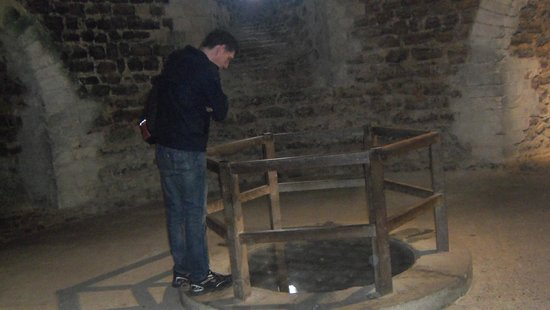 Orford Castle: the well, on the basement.