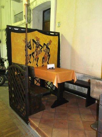 L'Emiro - Kebab: Particolare tavoli esterni