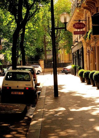 Relais Saint-Jacques: The hotel is on a quiet street.