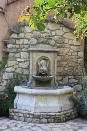 Hotel Lou Caleu: la fontaine à l'entrée au restaurant