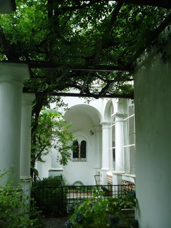 Villa San Michele : 白い回廊と藤棚のコントラスト