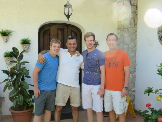Villa Monica B&B: Pasquale (second L) is a superb host