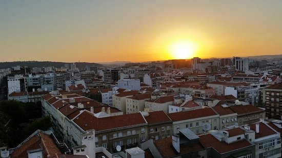 Holiday Inn Lisbon: Sunset from Rooftop Pool area
