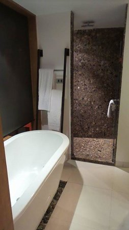 Patong Beach Hotel: Bathroom