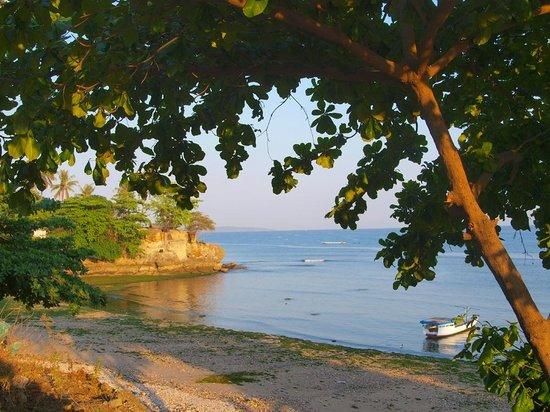 Maliana Hotel: Beach view from across the road