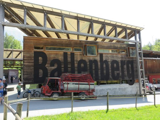 Freilichtmuseum Ballenberg: Wish the truck were not parked at the entrance!
