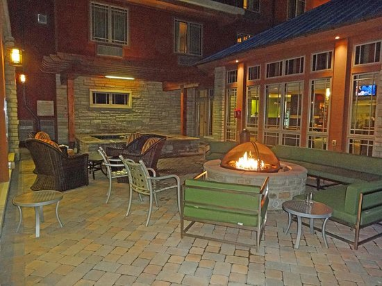 Hilton Garden Inn Gatlinburg Downtown : Outside Fireplace