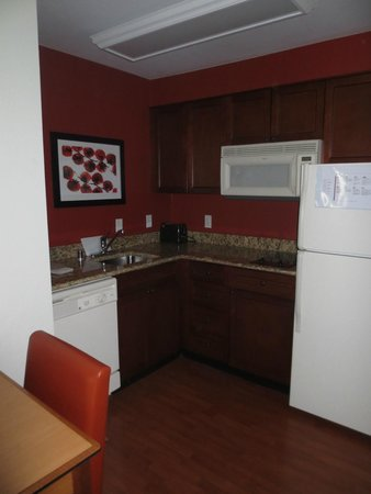 Residence Inn Poughkeepsie: Clean kitchen for an extended stay