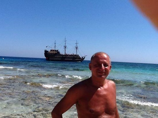 Bella Napa Bay Hotel: plage de Ayia Napa avec un bateau pirate