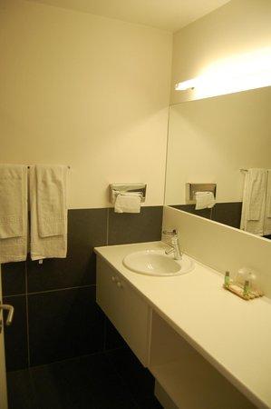 BEST WESTERN Hotel Orchidee: viel Ablegefläche im Badezimmer