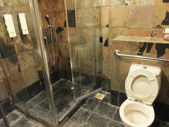 Ambassador Transit Hotel Terminal 2: 共用のシャワールーム(トイレ付きのブース)