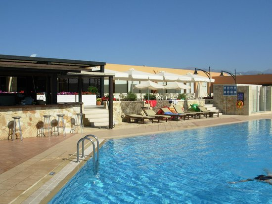 Asterion Hotel Suites and Spa : la piscina e il bar