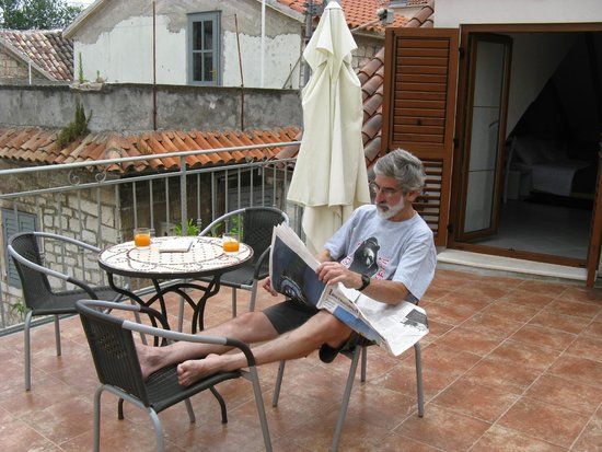 """Vanjaka B&B: My """"old"""" man reading the International Trib. and drinking Liliana's excellent juice !"""
