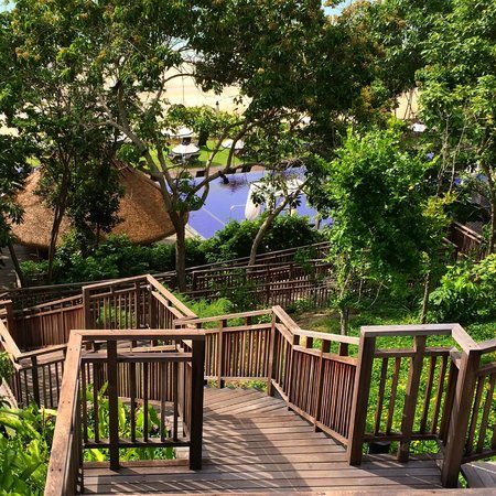 Vana Belle, A Luxury Collection Resort, Koh Samui : Walkway to Pool