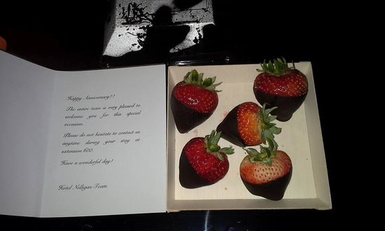 Hotel Nelligan: Chocolate dipped strawberries and card for our anniversary
