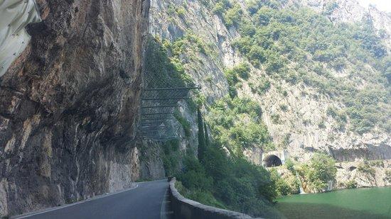 Lago d'Iseo: Reti di protezione poste lungo la strada tra Predore e Tavernola Bergamasca.