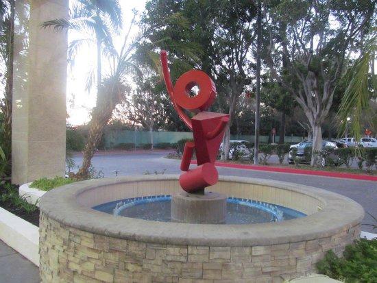 DoubleTree by Hilton Hotel Los Angeles - Norwalk: funky statue/artwork outside of lobby