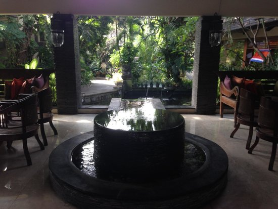 Risata Bali Resort & Spa: Water feature in the lobby