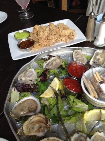 Olde Pink House Restaurant : Crispy Fried Calamari & Oysters on the Halfshell