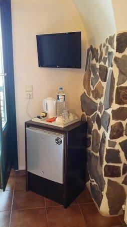 Costa Marina Villas: fridge, kettle, complimentary bottle of water, tea and coffee