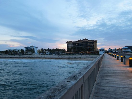 Wyndham Deerfield Beach Resort: view of hotel from the Pier at dusk