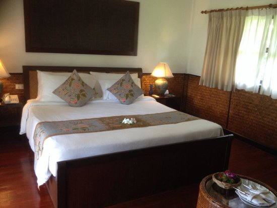 Phi Phi Island Village Beach Resort : Comfy bed
