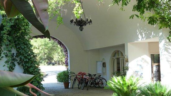 Teos Village: Innenhof - hier der Fahrradverleih
