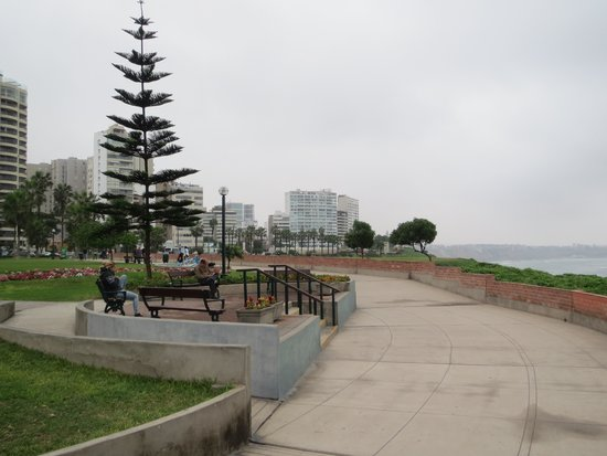Malecón de Miraflores: Walkway, easy, level, and concrete
