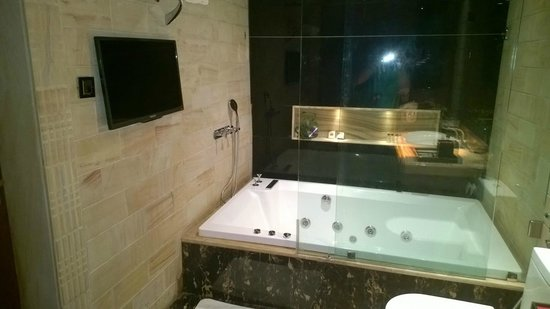 Della Adventure Resorts: TV and Jacuzzi tub is great Plus