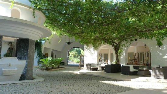 Teos Village: Innenhof des Rondells.