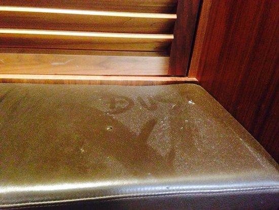 Hotel Beau Rivage : DUST